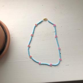 Turkis perle halskæde med lyserøde blomster 💮 prisen er inkl. Porto Tá gerne to halskæder med blomster for 100kr inkl. Porto.