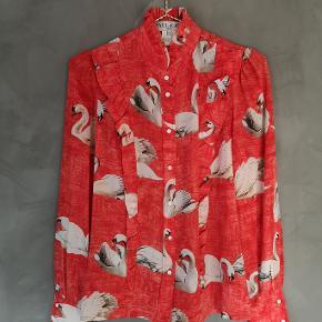 Smuk skjorte fra Paul & Joe i det fineste svaneprint. Jeg har brugt den få gange  og den fejler absolut intet. 100% silke.  Str 2 - passer str 36  Bryst ca 47x2 cm Længde ca 63 cm