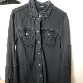 Mørkegrå denimskjorte med nitter. Str. 34