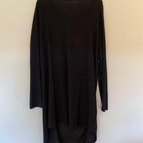 Dejlig casual kjole med lækkert blødt stof.  God, men brugt.