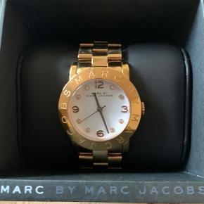 Sælger mit Marc By Marc Jacobs ur i rosenguld. Uret er købt tilbage i 2015 og har tegn på slid som også kan ses på billedet, men ville mene det kan fikses ved en urmager. Nypris omkring de 1500kr. BYD