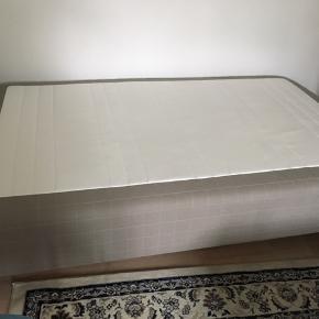 120 cm seng fra IKEA. Type «Skårer». Skal hentes asap i høegh guldbergsgade 45. Pris kan diskuteres ved rask henting