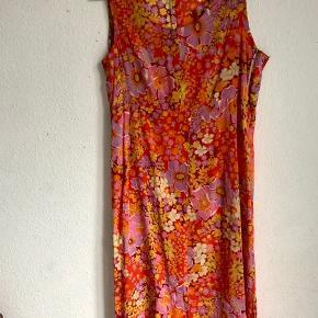 Smuk luftig kjole, fin som strandkjole, den er en anelse gennemsigtig og i tynd bomuld. Passer en 38.  240 pp