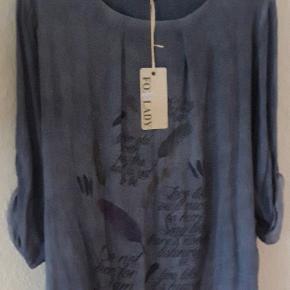 Italiensk tunika med print, købt i DK . Størrelse One Size , svarer nok til L/ XL Ærmer kan rulles op ved hjælp af en knap Farve blå  Materiale 100% Cotton . Tunika har kort underkjole , se billede Længde 70 cm  Brystvide - 127 cm
