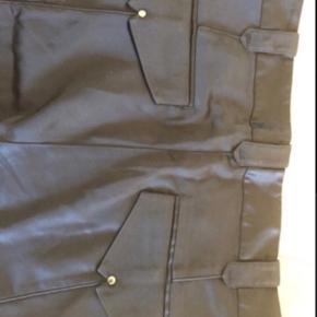 Skønne bukser i fed satin med elastik detalje ved underbenet