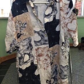 Vintage skjorte vi gætte på det er en mande medium. 100% viskose og er lavet i Tyskland