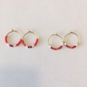 Eget design  Perler på kreol.  Kreol måler 2 cm i diameteren.   Forskellige designs.   Hvis særlige farver ønskes så send endelig en besked ✨