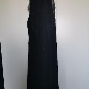 Den lille hægte der lukker kjolen i nakken faldt af første gang jeg brugte den, så den er syet på igen. Den passer desværre ikke længere og derfor sælger jeg den. Fejler intet ellers.