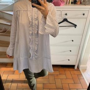 Sælger min tunika / skjorte fra Custommade i en str 38/M. Den er brugt et par gange, og derfor ingen tegn på slid. Nyprisen er 1.199,-