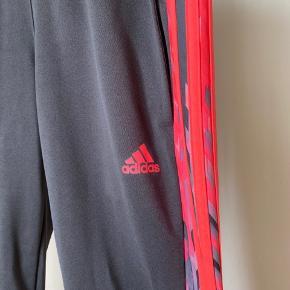 Adidas bukser str. M, mørkegrå med neon pink.  Brugt få gange og fejler intet.  Kan sendes mod at køber betaler 🌸