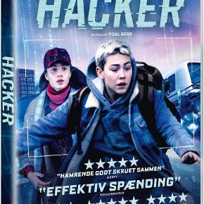 0532  Hacker - Dansk Film Fra 2019 -  DVD - I FOLIE   Benjamin er 13 år og en dygtig hacker. Han bor på et bosted, fordi han mistede sin mor, da han var syv år, og aldrig har kendt sin far.  En dag opsøger to mænd fra Forsvarets Efterretningstjeneste Benjamin, fordi de har spottet en kvinde på en overvågningsvideo, som de mener, kan være hans mor. Efter chokket har lagt sig, beslutter Benjamin sig for at starte sin egen hemmelige undersøgelse af, hvad der er sket med hans mor.  Han får hjælp af Savannah, der også bor på bostedet, og de finder hurtigt ud af, at Benjamins mor ikke har været den, han troede…