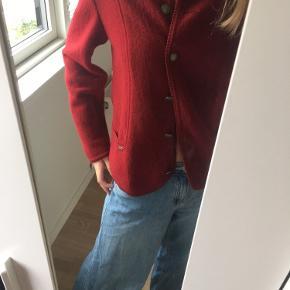 Rød efterårsjakke, kan også bruges som sweater/cardigan. Næsten ikke brugt.