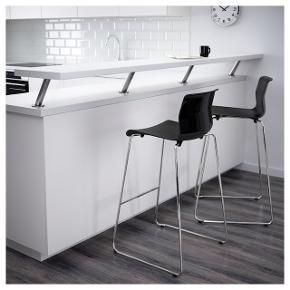 Barstole fra Ikea sælges pga. flytning.  Nypris er 375 kr pr. stk. Er åben for bud.   Det væghængte klapbord er til salg i anden annonce.