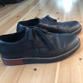 Forever 21 sko med solid hæl af træ.  Skoen er i imiteret læder.  Brugt 1 gang og uden skader