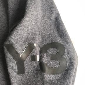Hej jeg sælger denne Y-3 lynlås hoodie. Det er en utrolig lækker sweatshirt med krave på og et lækkert logo på ærmet. Det er en str xs, men fitter cirka en str s.  Et utrolig lækkert piece du ikke ser andre gå med. Nypris 1195,- BYD!