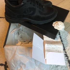 Super flotte Chanel sneakers i sort skind/ruskind (Str. 39). De er købt for 2 år siden i Parisa, men brugt få gange og er derfor i rigtig fin stand. Sælges kun fordi jeg ikke får dem brugt nok. Kan prøves og afhentes på Amager.