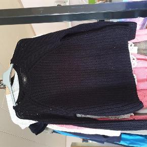 Varetype: trøje Farve: sort  30 kr er over mobile pay. Ellers bliver der lagt ts gebyr på. 1 del 30 kr. 4 dele 100 kr.