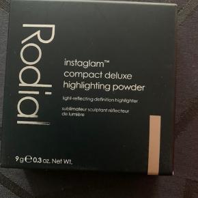 Rodial Instaglam compact deluxe highlighting powder 01. Champagne tone fantastisk at arbejde med og giver et flot glow. Ubrugt fået som gave