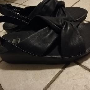 Fitflop twiss, kun brugt en dag. Rigtig komfortabel bog lækker sandal. Nypris 1099 kr