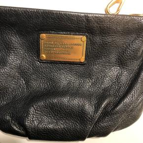 Jeg sælger denne Marc Jacobs taske. Remmen kan tages af og på så tasken også kan bruges som clutch.