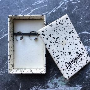 """""""Miss Earlywine"""" øreringe fra Line&Jo. Oxideret sølv med vædderhoveder.   Modtaget i gave og kun brugt få gange.   Ny pris 325 kr. pr. stk.   Sender gerne med GLS. Køber betaler Porto på 60 kr."""