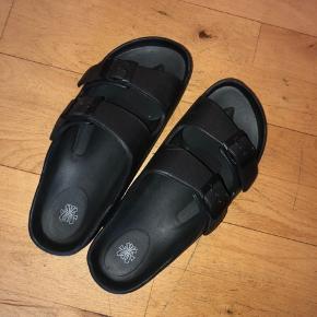 Sorte sandaler med justerbare remme i str. 40.