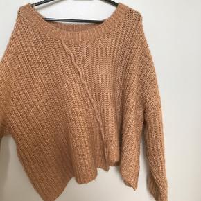 Lækker sweater fra ZARA, kradser ikke, lækker at have på, sælges da jeg ikke får den brugt ALT SKAL VÆK INDEN D 25. JUNI, ÅBEN FOR BUD OG HH