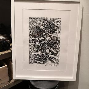 Linoliumstryk er IN igen og det grafiske udtryk gør sig god på billedvæggen, blandt anden kunst. Kan sælges med og uden ramme Med ramme 53x42,5cm pris 350kr pp Uden ramme 40x30 pris 250 kr pp