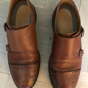 Flotte brune sko med gummi sål kun lidt brugt og er i fin stand sælges billigt