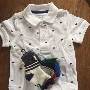 Den fineste polo med små Tommy-logoer på. Desuden fire par sokker i str 12-24 mnd med gummi på sålen. Aldrig brugt, stadig med tags