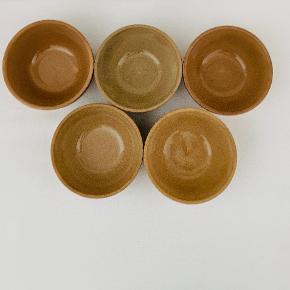 Fem smukke skåle fra franske Gres de Gien. Højde: 6 cm Diameter: 12 cm
