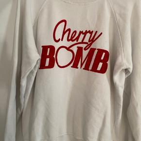 Næsten ny ganni cherrybomb sweatshirt.  Den fejler ikke noget ud over en lille plet bag på, men ikke noget man ser overhovedet. Jeg har fjernet den så godt, som jeg har kunne. Spørg gerne efter billeder, hvis du er interesseret😊  Er normal pasform af en Large.    Tjek resten af min shop, har mærker som Han Kjøbenhavn, Envii, Lala berlin