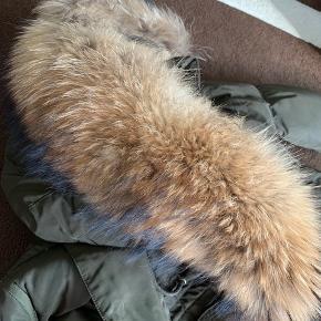 Cedrico norway kvinde jakke. Ingen tegn på slid/brugsspor. Købt vinter 2018. Nypris 6.500 kr. Str xs, men s kan passe den uden problemer.