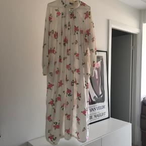 Fineste Christian Dior vintage kjole fra 1980'erne sælges - vil passes af henholdsvis en S og M. Kjolen har en mindre plet bagpå - intet bemærkelsesværdigt - ellers god vintage stand.