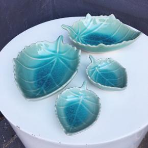Virkelig fine tapas skåle udformet som blade i en flot glasering i turkise nuancer. Købt i udlandet og derfor ret unikke. De små er især gode som dip- og soyaskåle.   75 for alle 4