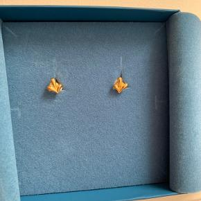 Embrace øreringe med blade af Izabel Camille. Øreringene er fremstillet i blankt guldbelagt sterlingsølv. Mål: 7 x 8 mm. Bytter ikke. Prisen er 200.