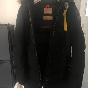 Sælger min elskede parajumpers jakke, den er desværre blevet for lille til mig.  Den er brugt, men jakken er i utrolig god stand. Skriv over privatbesked 🌸