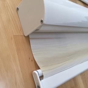 Rigtig flotte 4 stk rulle gardiner med dobbelt lag. Nr 1 str bred 95cm længe 230cm. Nr 2 2 stk samme str bred 93cm længe 220cm. Nr 4 bred 91cm længe 220cm  farve er hvid og lysebeige farve. Alle er aldrig brugt. Købt før men de passer ikke størelse til mine nye vinduer købt dyrt sælges nu 1 stk 350kr. Alle er meget mere flotter end på billeder pga har dårlig foto lys. I er velkommen forbi og kigge. Skriv eller ring hvis i interesseret