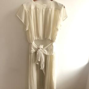 Smukkeste vintage kjole, båndet om taljen kan bindes både foran og bagpå. Åben i ryggen øverst. Mindre skade i foret uden betydning. Vil passe en 36 eller 36/38. Pris 359 inkl.