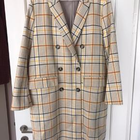 Super smuk jakke fra H&M. Brugt få gange men fremstår som ny. Perfekt til både efterår og forår :)