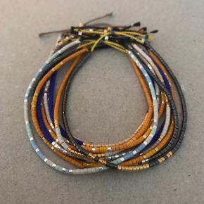 Smukke perlearmbånd lavet på silkesnor med Miyuki Delica perler. Guldperler er belagt med 24 kt. guld. Sølvperler er belagt med 925 sterlingsølv.   Armbåndet kan justeres mellem 15,50 og 22 cm. Har du særlige ønsker til størrelse eller farven på perler/silkesnor, vil jeg gøre hvad jeg kan, for at imødekomme dine ønsker.