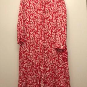 Flot kjole fra Mads Nørgaard :-)  Den sælges for 400 + porto eller kan afhentes på Østerbro :-)