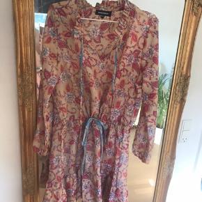 Smuk kjole der desværre er for stor. Den hedder M/L og jeg vil mene at den passer en str 38 og 40 bedst. Den har så smukke flæsedetaljer, og kan snøres ind i taljen. Den har været på et par timer og er ellers aldrig brugt. Helt som ny er den:-)