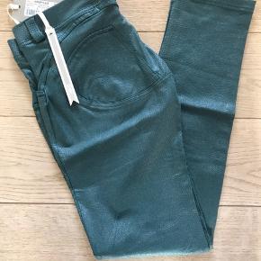 Mega lækre snakeskin bukser fra freddy wr.up. Nye med tags.  Modellen er low waist i fuld længde, skinny.  Sælger ud da jeg har al al alt for mange freddy bukser til jeg får dem brugt 😊