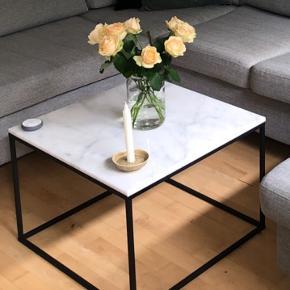 Super flot marmorbord med få ubetydelige brugstegn ✨ brugstegn består af en smule ujævn overflade (markeret på billede 2). Farven på bordet er ikke ændret og ujævnhederne ses kun når der er direkte lys på overfladen. Kan muligvis fjernes med marmor-rengøringsrens fra Borup eller en polering.