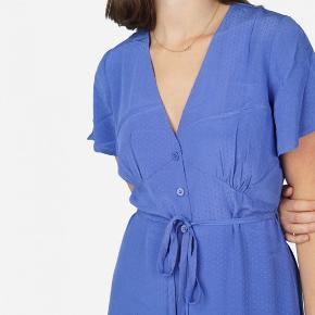 For flere billeder kan du Google: Résumé nancy dress  Kjolen har aldrig været brugt og er derfor identisk med billederne.