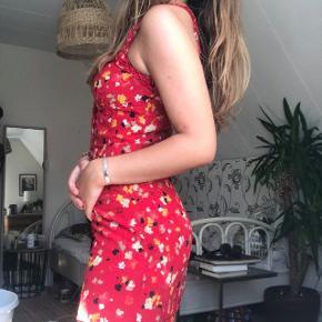 Den smukkeste kjole i 100% silke fra det franske it-girl-mærke Réalisation Par i deres populære print 'rouge fleur'. Ingen tegn på brug. Kjolen har stropper med fine ruffles og knaplukning foran. Skriv gerne en pb for flere billeder/mere info <3 Pris fra ny:  ca. 1600 kr.