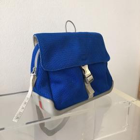 Sjælen  Prada nylon taske i blå.   Kvittering haves ikke.   Længde 25 cm Højde 20 cm Bredde 9 cm