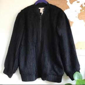 Smuk bomber jakke fra h&m trend i plisseret stof. Brugt få gange og fremstår derfor i rigtig god stand. Str. 34. Nypris 600 kr.