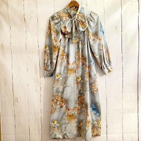 Så ufattelig smuk Christian Dior vintage kjole i den fineste farvenuance sælges. Ingen størrelseslabel i, men den tilsvarer en str. S og M. Pris: 1600kr afhentet eller plus 36kr i DAO porto.